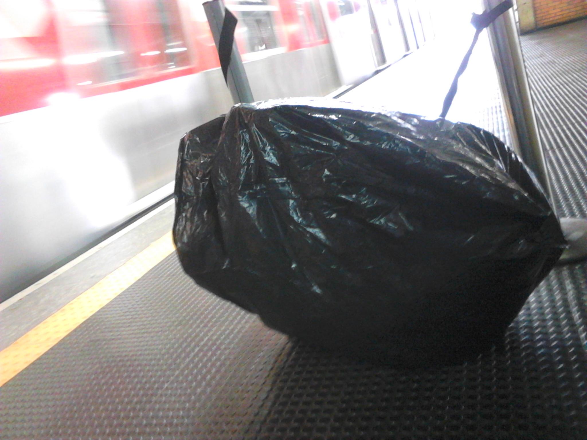 A dobrável no saco, esperando o trem parar.